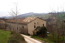 Fantastic rural cluster with palace to be restored with stunning views on the Sibillini mountains.