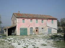 Farmhouse in good structural conditions to be restored.