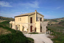 Beautiful farmhouse, immediately habitable, in a panoramic position on the green Piceno hills.