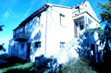 Large farmhouse in need of restoration, located in a panoramic position on the southern border of Le Marche.
