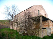 Farmhouse to be restored in the central area of Piceno.