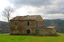 Old farmhouse in need of restoration, in an enchanting position with views of the Ascensione mountain.