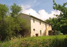 An old farmhouse to restore in a panoramic position with sea view within the Conero Park.