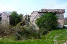 The ruin of a large stone farmhouse in a quiet and panoramic position near the truffle town of Acqualagna.