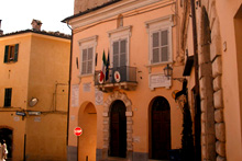 Casa Vascello  is a comfortable apartment house, immediately habitable, located in the heart of a beautiful medieval village which is the logistical center of gravity of the region Le Marche.
