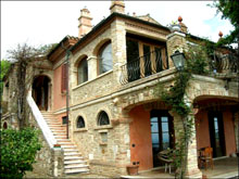 Old villa immediately habitable, recently renovated, in a highly scenic  position with beautiful sea view.