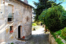 An elegant residence, immediately habitable, located in an elevated and panoramic position in the historic centre of a medieval village.