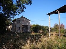 An old farmhouse with open views over the rolling hills of the Cingoli countryside.