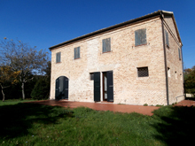 Country house, immediately habitable, with a large garden looking onto the Conero Riviera.