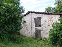 Small farm house to be restored. It is close to a rural village and it is surrounded by a beautiful garden.