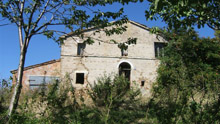 Rural cluster to be restored. It is located in the inland of Le Marche, half way between the sea and mountains.