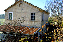 SOLD!!! Farmhouse in sound structural conditions. It is located in the core of a field cultivated in olive grove and vineyard.