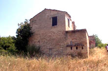 Farmhouse located in panoramic position. It is located in an area well known for its artistic beauty and anciently much fought for due to its strategic position.